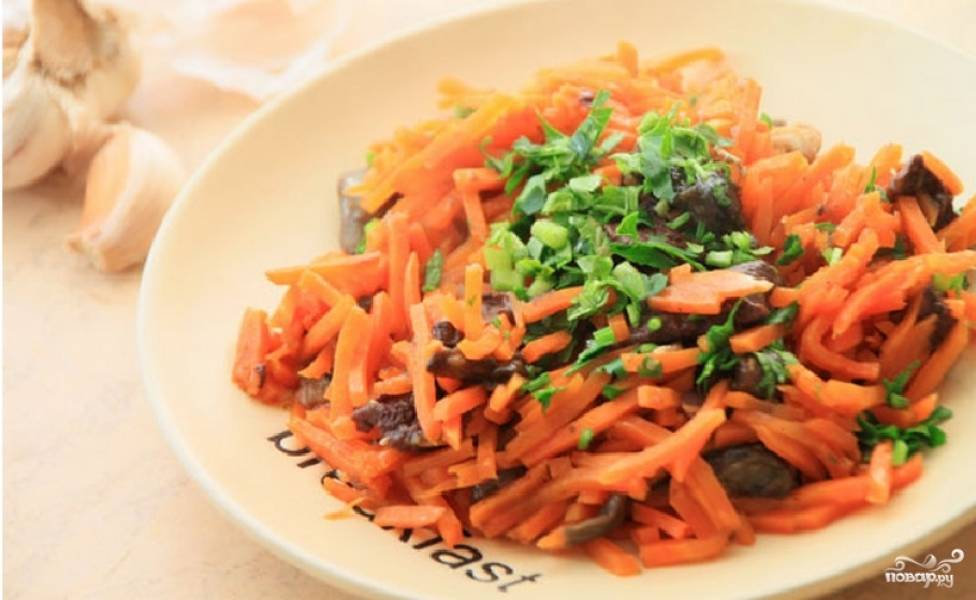 Морковь с грибами готова. Приятного аппетита!