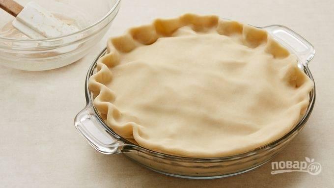 2.Яблоки вымойте и очистите от косточек, затем нарежьте небольшими кусочками, выложите в миску. Лимон разрежьте на 2 части, выдавите сок одной половинки, а вторую нарежьте такими же кусочками, как и яблоки, отложите в сторону. К яблокам добавьте сахар и специи, выложите их на тесто, затем выложите лимон. Закройте пирог вторым пластом.
