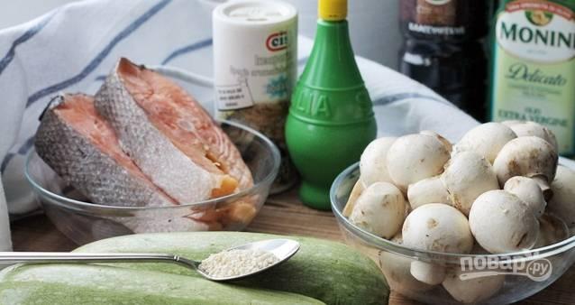 1. Это наши ингредиенты. Рыбу разморозим, промоем, обсушим, замаринуем в смеси из сока лимона и специй.