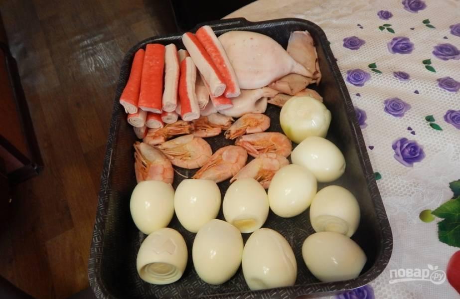 Подготовьте все необходимые ингредиенты. Яйца можно заранее сварить вкрутую.