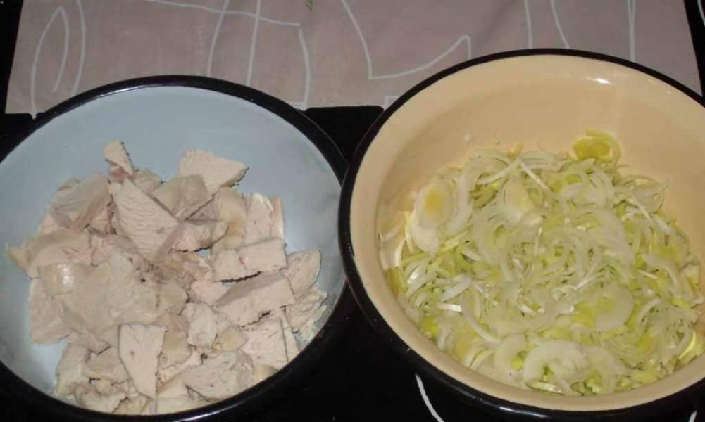 Отварите куриную грудку и нарежьте ее кусочками, также нарежьте мелко лук-порей. Рис хорошенько промойте.