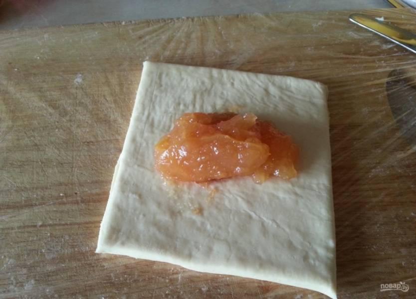2.Разрезаю тесто на кусочки необходимого  размера, по центру выкладываю начинку.