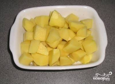Чистим картошку и нарезаем небольшими кубиками. Распределяем по горшкам.