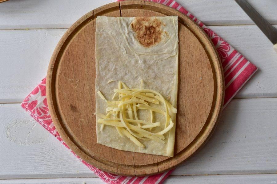 Выложите натертый сыр.