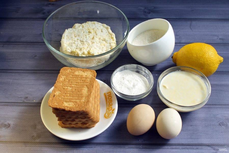Подготовьте необходимые продукты. Лимон тщательно вымойте. Снимите аккуратно цедру, без белой части, она будет горчить. Сок выжмите, косточки удалите.