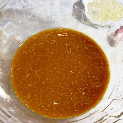 Сперва приготовим маринад: для этого смешаем соевый соус, выдавленный чеснок, тертый имбирь и крахмал. Хорошенько перемешаем.