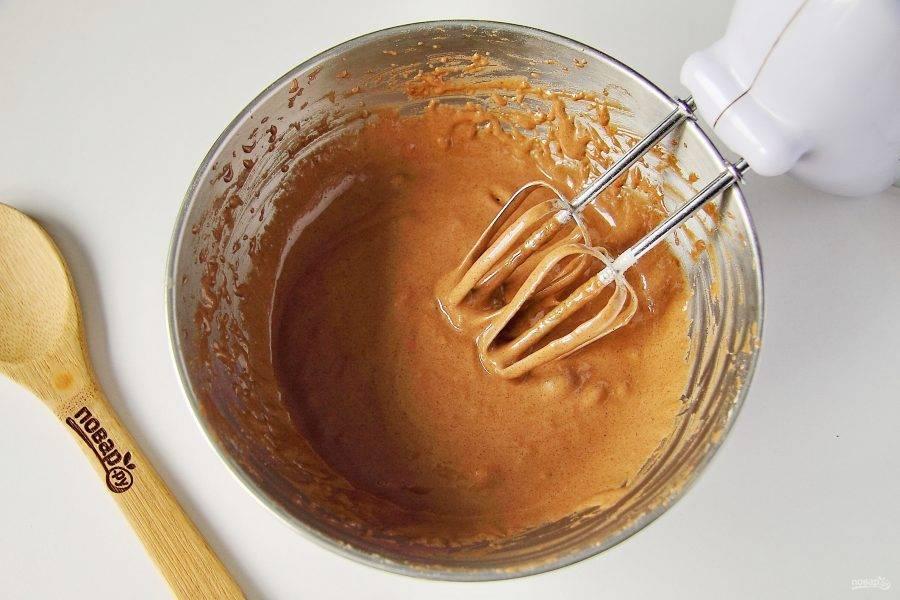 Добавьте муку, какао, соль, ванилин и разрыхлитель. Взбейте все еще раз.