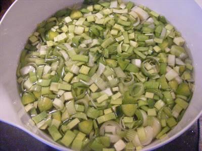 2. Тем временем в чуть подсоленной кипящей воде отварим измельченные лук-порей и спаржу 7-8 минут. Отцеживаем овощи и выкладываем к уже готовым сухарикам.