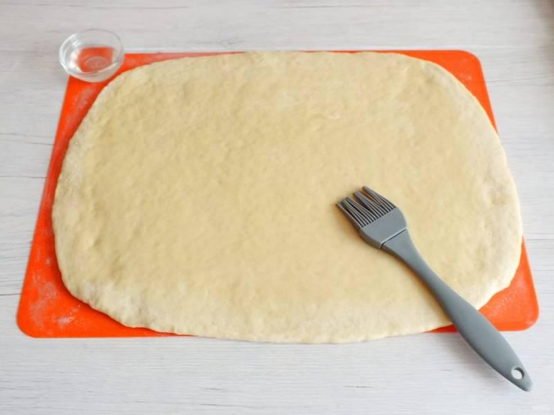 Раскатайте тесто в пласт толщиной 3-4 мм. Смажьте растительным маслом (3 ст.л.). Присыпьте по вкусу сахаром.