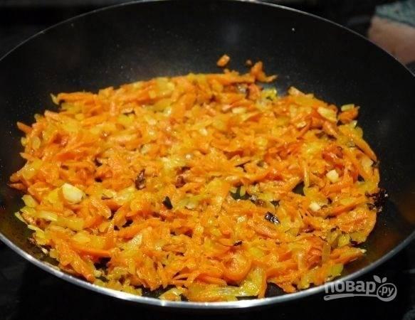 3. Выложите на сковороду с разогретым растительным маслом и жарьте овощи до золотистого цвета.