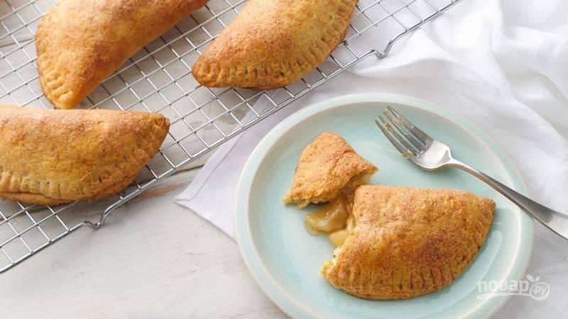 4.Каждый пирожок смажьте растопленным сливочным маслом и выпекайте 15-20 минут, затем переложите на решетку и остудите 5-10 минут. Приятного аппетита!