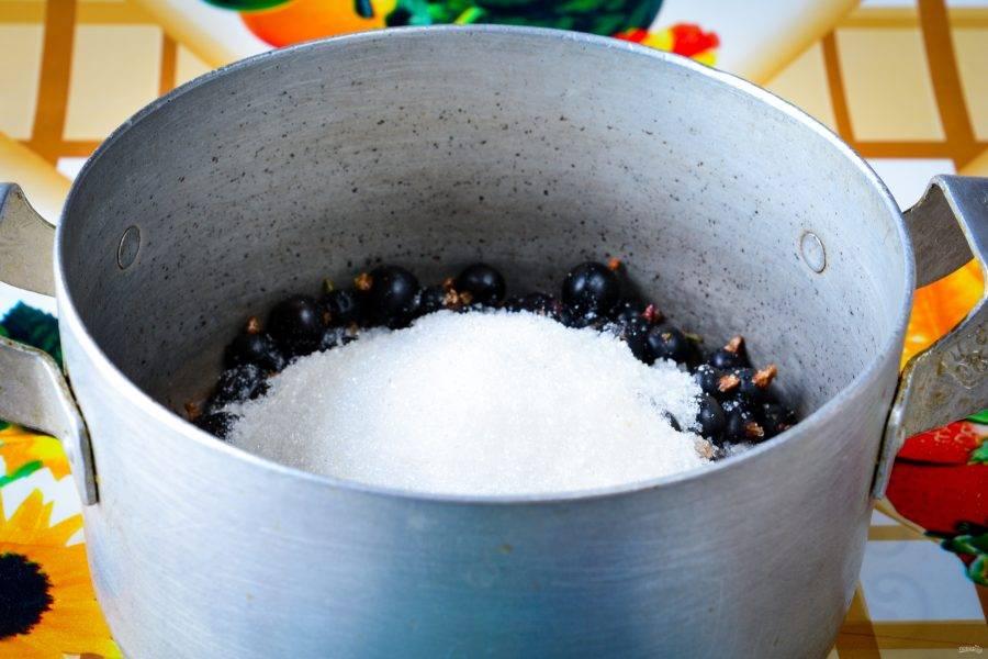 Засыпьте сахаром и оставьте на ночь, чтобы ягоды пустили сок.