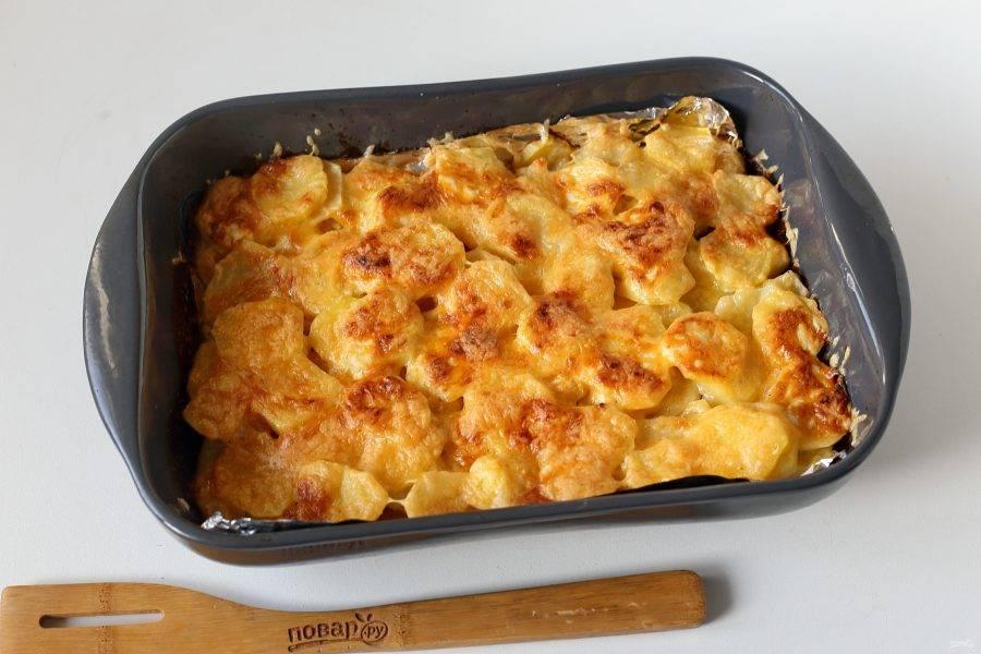 Запекайте в духовке при температуре 180 градусов около 45 минут (я ориентируюсь по готовности картофеля). Если картофель еще не готов, а верх начинает сильно подрумяниваться, то просто накройте блюдо фольгой. Шарлипупа готова!