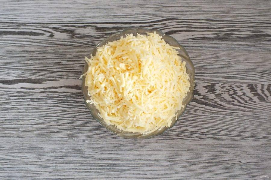 Пока подходит тесто, натрите сыр на средней терке.