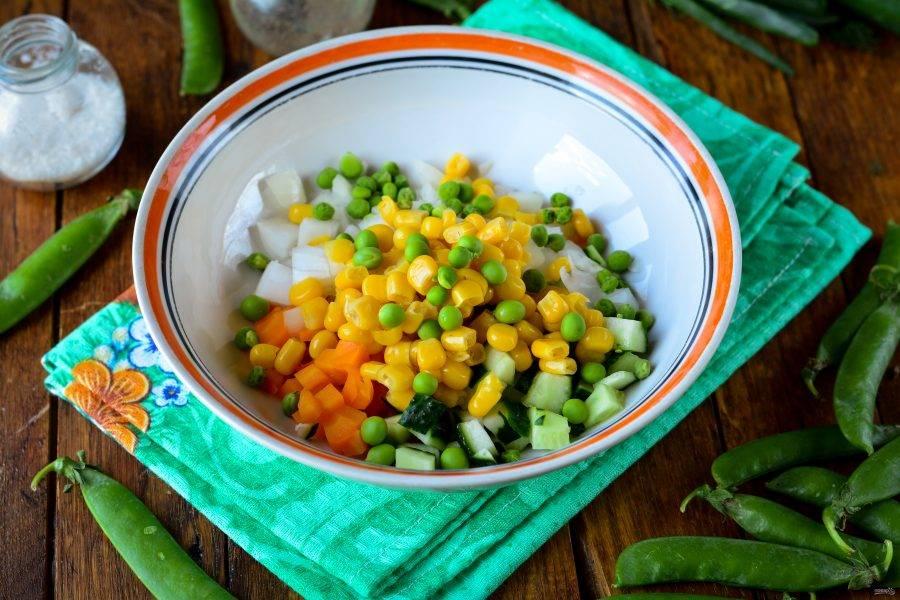 Почистите молодой горошек, бобы сложите в салат.
