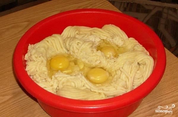 5. Посолите по вкусу, можно добавить перец. Также вы можете использовать в рецепте приготовления картофельных пирожков с грибами самые разнообразные специи и травы. Вбейте яйца, перемешайте все как следует.