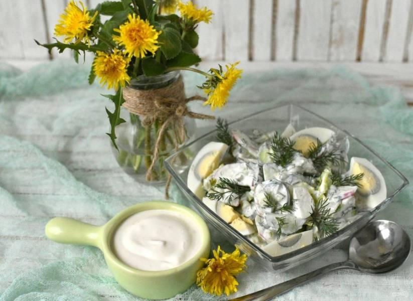 Выложите в салатник, украсьте нарезанными яйцами и тотчас же подавайте.