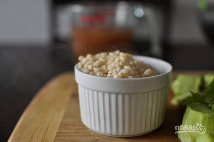 3. После этого в кастрюле соедините пюре с бульоном и отваренным ячменём. Доведите суп до кипения на среднем огне.