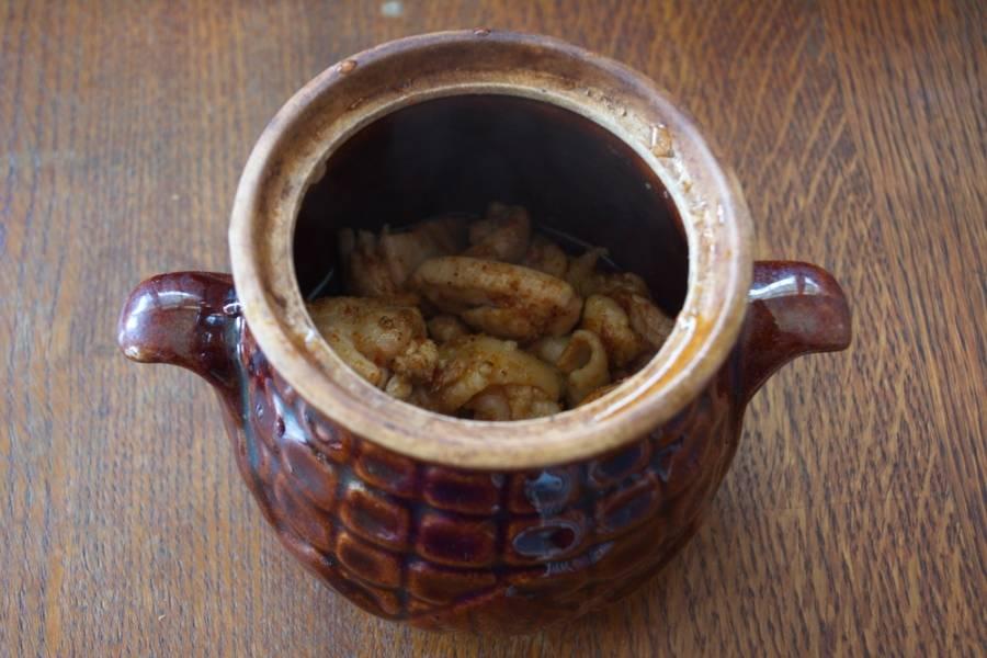 Обжаренное мясо укладываем в горшочки по 3-4 ст. ложки на 1 горшочек.
