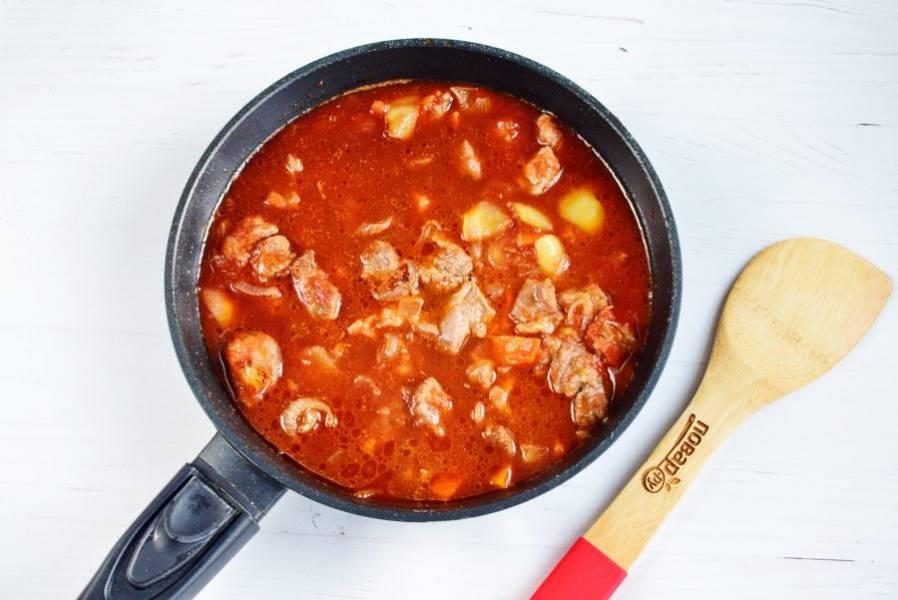 Добавьте соль, черный перец, лавровый лист. Влейте темное пиво, доведите до кипения.  Готовьте до загустения соуса в течение 30-40 минут.