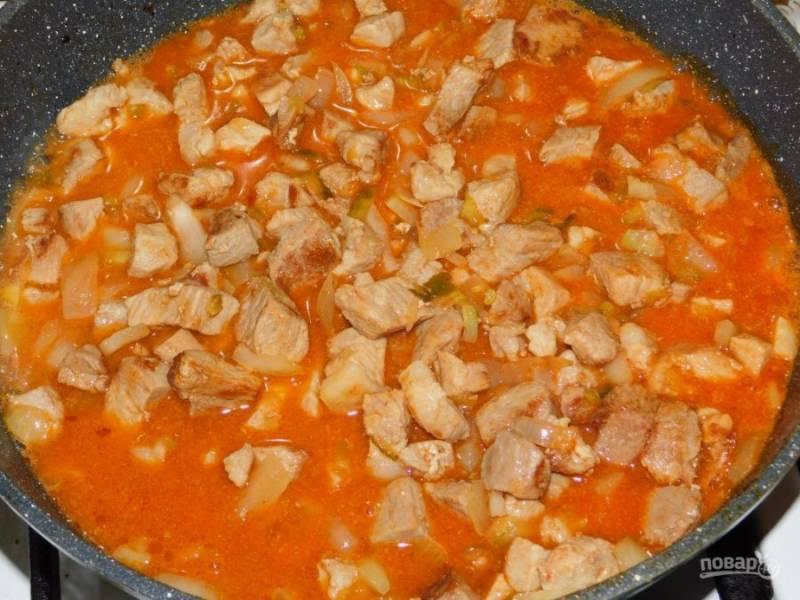 Добавьте соус к мясу, а также соль и специи по вкусу. Тушите на слабом огне под крышкой минут 30.