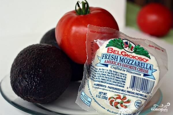 1. Вот такой список основных ингредиентов, необходимых, чтобы повторить этот простой рецепт салата с авокадо и моцареллой на вашей кухне. Помидоры можно использовать как обычные, так и черри, которые будут смотреться весьма аппетитно.