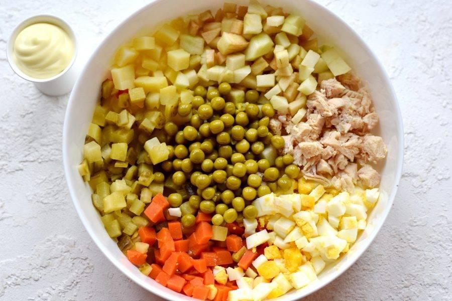 Все подготовленные ингредиенты сгрузите в просторную емкость, добавьте консервированный зеленый горошек.