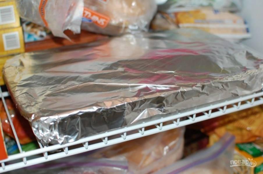 8.После окончания выпечки остудите пирог в форме, затем накройте его фольгой и отправьте в морозильную камеру на 1 час.