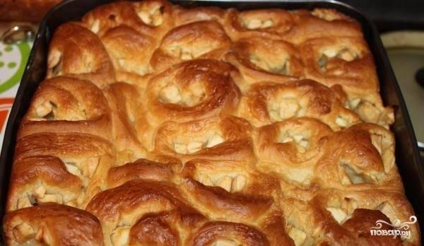 6.Выложите яблочные булочки на противень. Поставьте их на полчаса увеличиваться в объеме. Смажьте яичным желтком и отправьте в духовой шкаф печься до готовности при температуре 180 градусов. Когда пирог испечется, дайте ему время немного остыть, вынимайте и подавайте на стол.