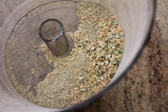 1. Главный секрет коктейля - порошок! Чечевицу измельчим в блендере или в кофемолке, пока не получим однородный порошок.