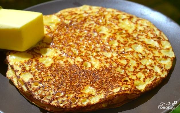 7. Готовые кукурузные блины смазываем сливочным маслом и выкладываем друг на друга.
