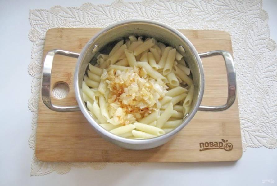 Выложите в макароны жареный лук.