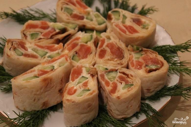 Перед подачей на стол нарежьте лаваш порционными кусочками. Украсьте блюдо свежей зеленью. Приятного аппетита!