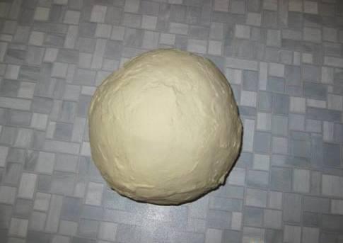 Складываем лепешку два раза пополам, снова разминаем в лепешку. Повторяем процедуру несколько раз. Тесто должно получится эластичным и не прилипать к рукам. Формируем из теста шар, оставляем его на 40 минут в теплом месте, после чего можно приступать к формированию мантов. Удачи!
