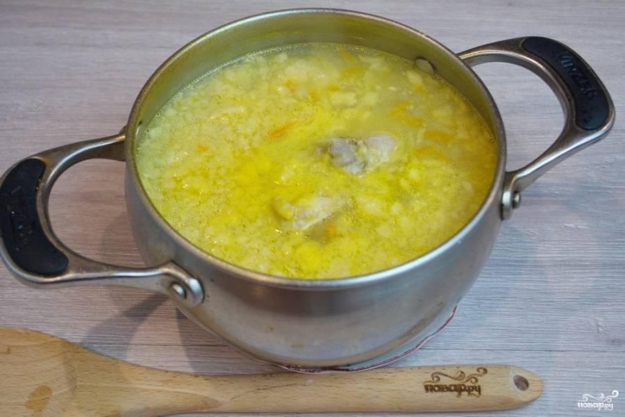 Полученную затирку всыпьте в суп. Всыпая затирку в суп, его нужно постоянно размешивать, чтобы затирка не сварилась комом.
