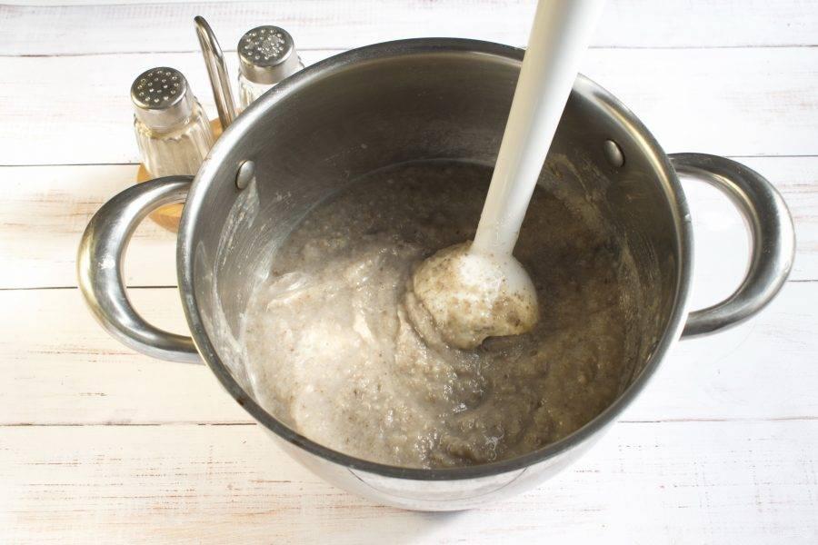 5.     Измельчите  все в блендере. Добавьте сливки, доведите до кипения, но не кипятите.