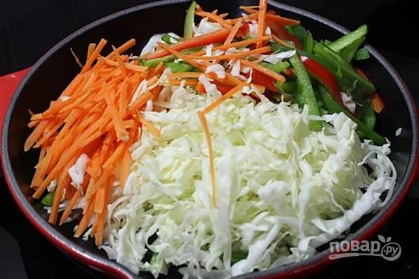 2. Добавьте нашинкованные овощи.