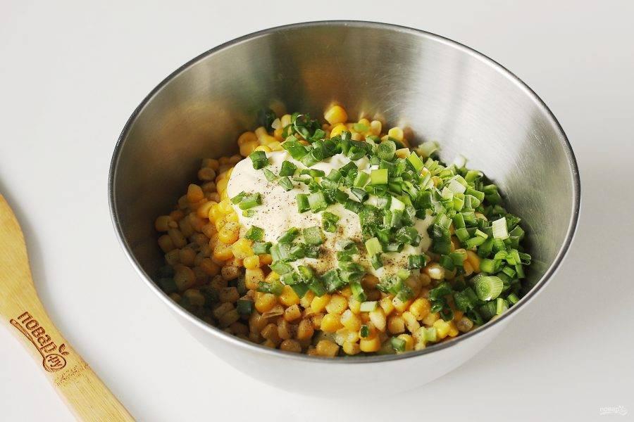 Заправьте салат майонезом, добавьте нарезанный кубиками лук, соль по вкусу и молотый перец.