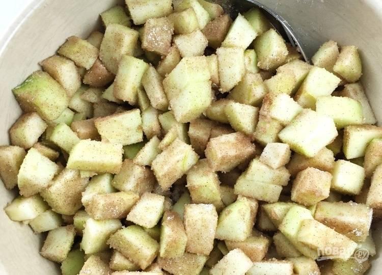 3.К яблокам добавьте сахарную смесь и перемешайте хорошенько.
