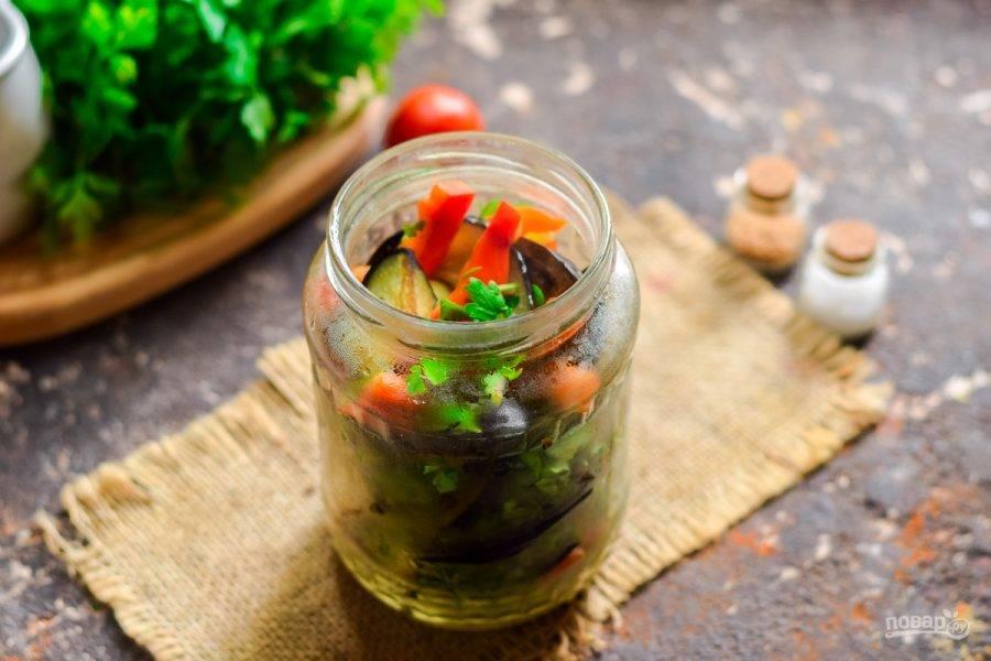 Банку стерилизуйте и наполните овощами. Также добавьте чеснок и зелень, прослаивая овощи.