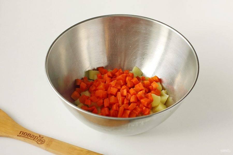 Очистите морковь и нарежьте кубиками.