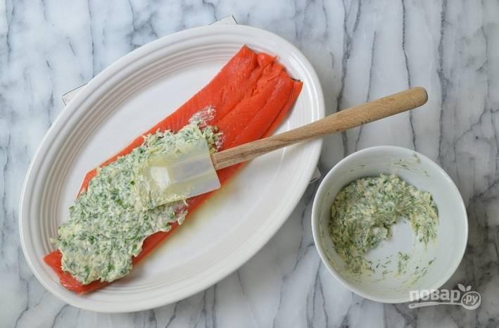 2. Рыбу хорошо со всех сторон смазываем лимонным соком. В сырно-сливочную смесь добавим также зелень и специи, перемешаем и обильно смажем соусом рыбу.