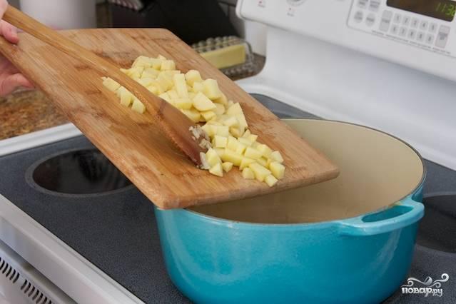 Отправить вслед за брокколи мелко нарезанный картофель.