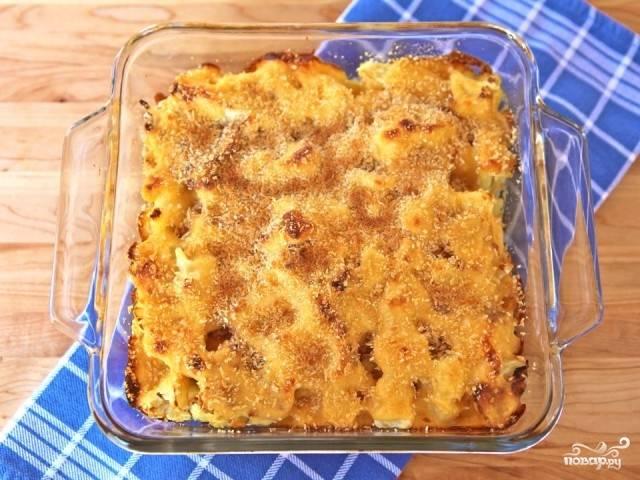 7. Капусту под соусом посыпьте сверху панировочными сухарями. Отправляйте в духовку на 20-30 минут, пока сырный соус не начнет пузыриться.
