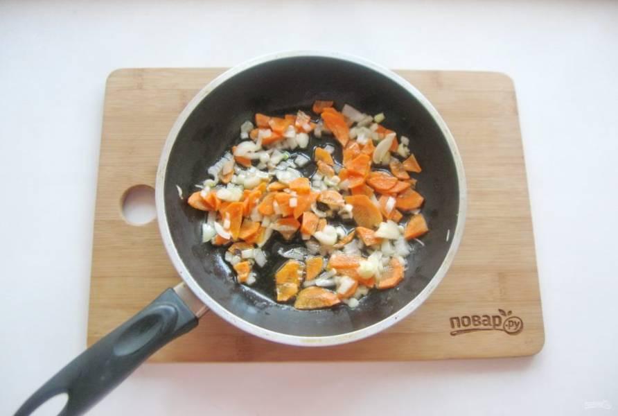 Слегка припустите овощи в жире из тушенки или на растительном масле.