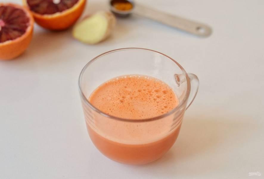 Морковь очистите от кожуры, нарежьте кубиками. Выжмите из моркови сок.