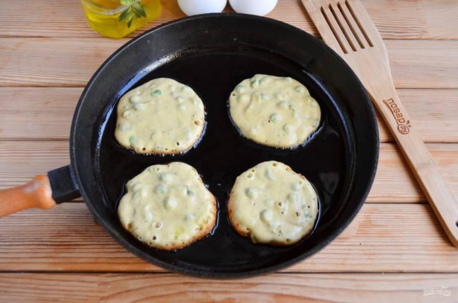 Разогрейте растительное масло. Выкладывайте тесто с овощами столовой ложкой на сковороду и жарьте на среднем огне по паре минут с каждой стороны.