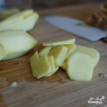 Чистим и нарезаем тонкими пластинками корень имбиря. В общей сложности, нам понадобится 2 стакана нарезанного имбиря.
