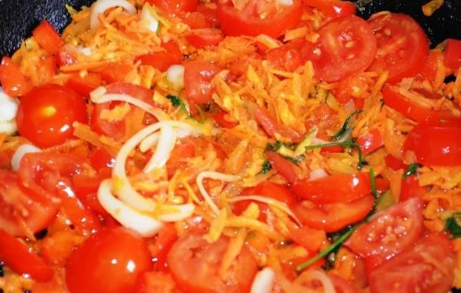 Теперь мы разогреваем на сковороде растительное масло и обжариваем на нем нарезанную свинину до румяной корочки. Добавляем к мясу помидоры, морковь, перец и нарезанный полукольцами репчатый лук, тушим мясо с овощами минут 10, периодически помешивая, затем добавляем томатную пасту и свежий укроп, перемешиваем все и выключаем огонь.