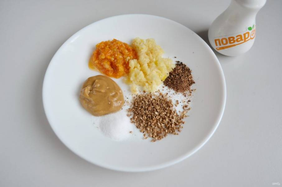 2. Приготовьте маринад №1: измельчите чеснок с помощью пресса, кориандр и черный перец в ступке. Перемешайте. Соль по вкусу, я кладу чайную ложку без горки, хорошо срезая верх ножом.